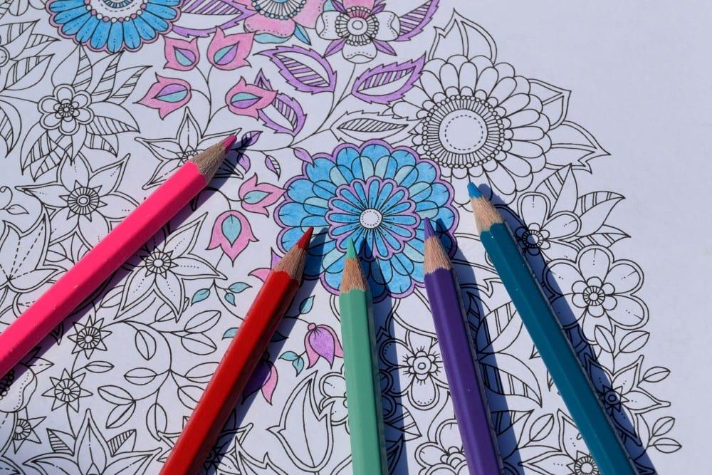 Färglägg dig till minskad stress och oro – måla i målarböcker för vuxna! –  Bättre hälsa 3878aadc11e4e