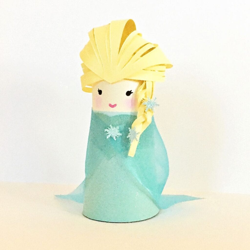 Pysseltips – så gör du Frost-Elsa av färgat papper och en toarulle