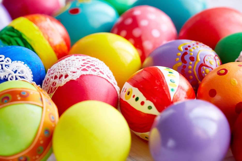 Koka äggen och måla dem när de har svalnat – perfekt att göra tillsammans!