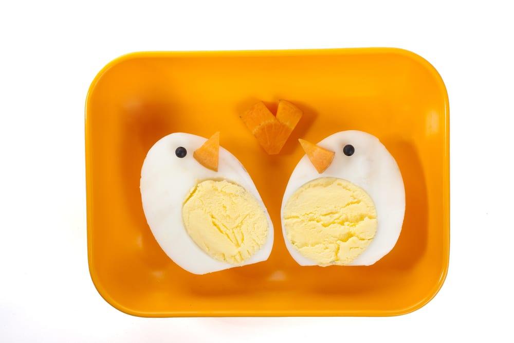 Gör påskkycklingar av ägghalvor och morötter