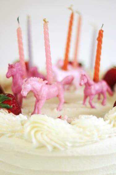 Tårtljushållare av plastdjur och tårtljus