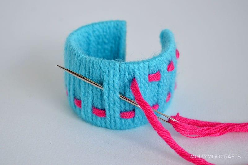 Snygga armband av toarullar och garn, pyssla armband
