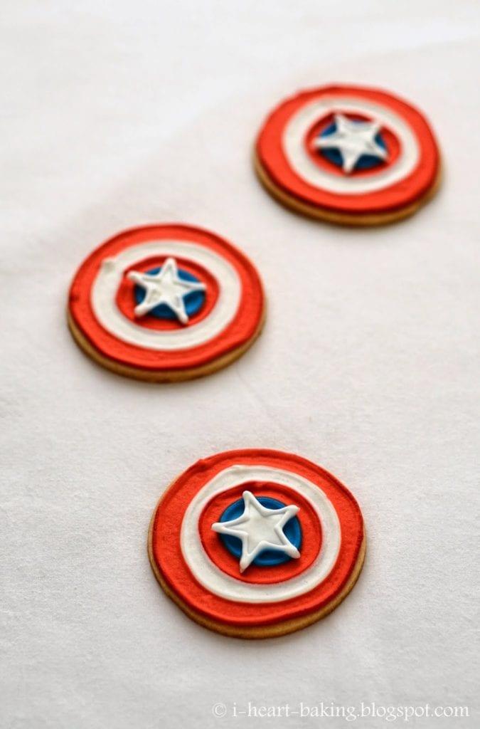 pyssel, pyssla, pysseltips, pysselidé, skapa, barnpyssel, familjepyssel, pyssel för barn, bättre hälsa, bra hälsa, må bra, kreativitet, skapande, skaparglädje, baka, baktips, dekorationer, recept, superhjälte, superhjältar, Captain America, kakor, kaka, småkaka, småkor, Captain Americas sköld, sköld, Marvel