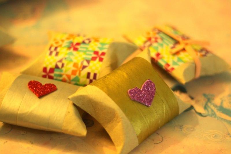 pyssel, pyssla, pysseltips, pysselidé, skapa, barnpyssel, familjepyssel, pyssel för barn, bättre hälsa, bra hälsa, må bra, kreativitet, skapande, skaparglädje, jul, julen, pyssel inför jul, julpyssel, toarulle, toarullar, toarulle pyssel, present, presentlåda, presentbox, box, pappersbox, julklapp, slå in paket, göra paket