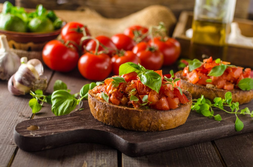 italiensk mat, recept, italienska rätter, bruschetta, tomat, persika, förrätt, bröd, Italien, vegetarisk, vego, vegansk, rätt, mat, basilika, surdegsbröd