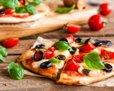 vego, vegopizza, recept, pizza, vegansk pizza, recept, mat, matglädje, inspiration, matinspiration, nyttig pizza, tofu, tofumozzarella, tofu mozzarella, mozzarella, tomater, oliver