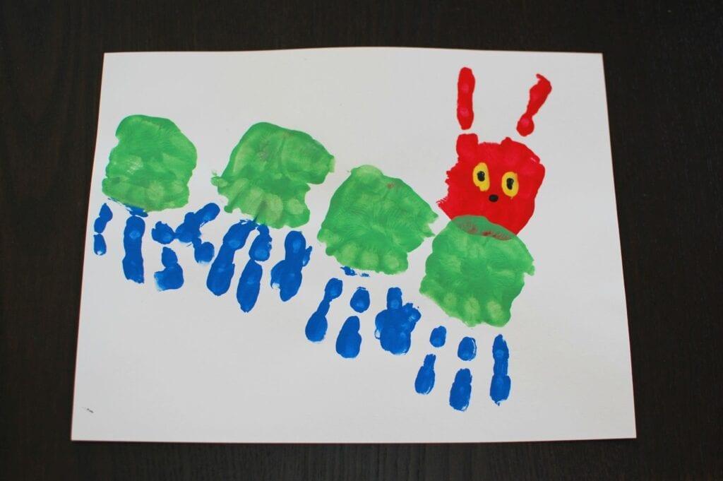 pyssel, pyssla, pysseltips, pysselidéer, barn, barnpyssel, pyssel för barn, enkelt pyssel, avtryck, handavtryck, skola, förskola, fritids, skapa, skapande, kreativitet, larv, tusenfoting, insekt