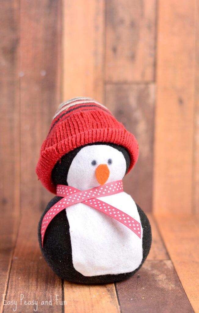 pyssel, pysseltips, pysselidé, inspiration, kreativitet, skapa, skapande, barns skapande, vinter, vinterpyssel, pyssla, pyssel för barn, barnpyssel, pyssel för skola, pyssel för förskola, familjepyssel, pingvin, pingvinpyssel, strumpa, socka, gosedjur, fylld strumpa, mjukisdjur