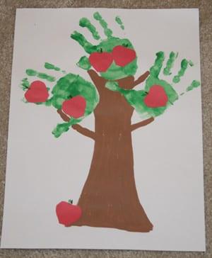 pyssel, pyssla, pysseltips, pysselidéer, barn, barnpyssel, pyssel för barn, enkelt pyssel, avtryck, handavtryck, skola, förskola, fritids, skapa, skapande, kreativitet, äppelträd, träd, äpple