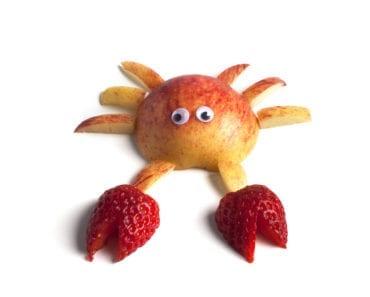 frukt, frukter, mat, fruktstund, göra mat rolig, kreativ mat, pyssel, pyssla, pysseltips, leka med mat, pyssla och lek, familj, barn, barnpyssel, pyssel för barn, familjepyssel, skola, fritids, förskola, jordgubbe, jordgubbar, äpple, krabba, krabbor