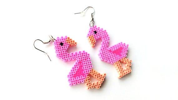 pyssel, pyssla, pysseltips, pysselidé, skapa, smycken, göra smycken, pärla, pärlor, rörpärlor, HAMA, pärlplatta, pärlplattor, mönster, pärlplattemönster, örhängen, flamingo, rosa
