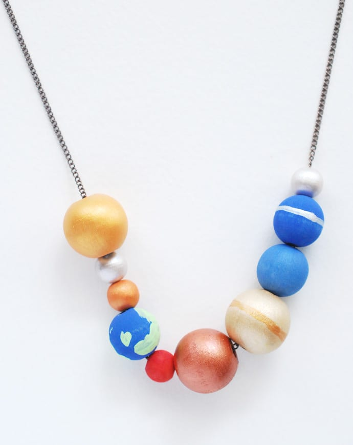 pyssel, pysseltips, pysselidé, barnpyssel, pyssel för barn, rymden, solsystem, halsband, smycken av träkulor, måla träkulor