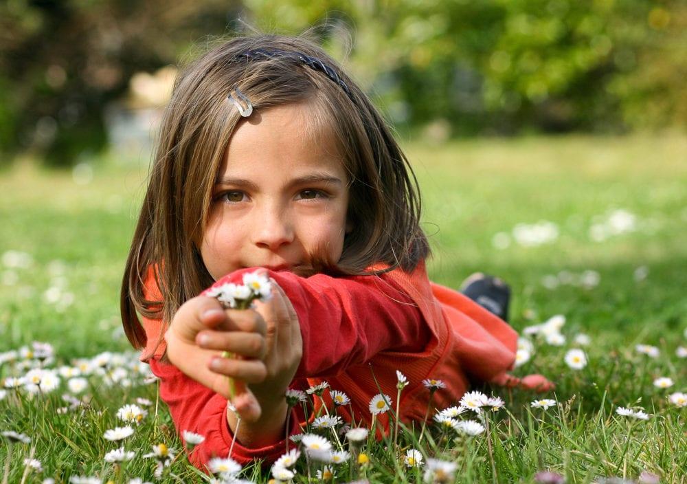barn och unga, tonåringar, barn, vara snälla mot varandra, generös, hjälpa andra, lära ut generositet, generositet, positiv psykologi, bättre hälsa, hälsa, må bra, hälsa, må bra, lycka, välmående