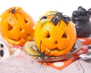 recept, kreativ mat, pyssel, barnpyssel, rolig mat, skapa med mat, halloween, halloweenpyssel, pumpalyktor, apelsinlyktor, karva ur pumpor, karva ur apelsin, fruktsallad, frukter