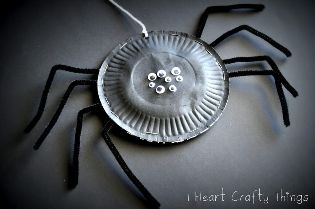 pyssel, pysseltips, pysselidé, barnpyssel, pyssel för barn, halloween, halloweenpyssel, skapa, spindel, spindlar, papperstallrik, papper, papperspyssel, pyssla med papperstallrikar