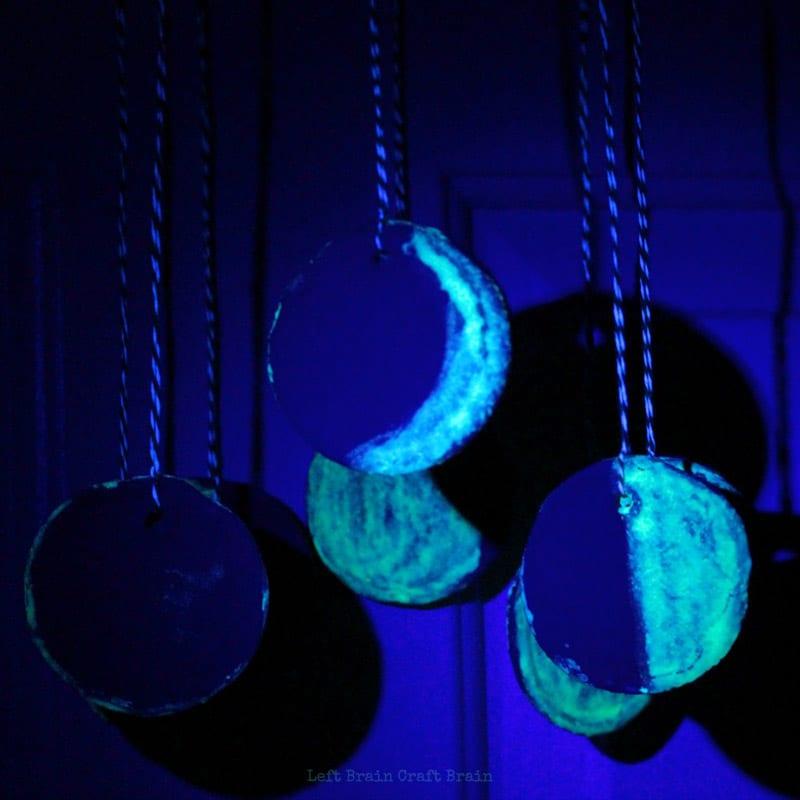 pyssel, pysseltips, pysselidé, barnpyssel, pyssel för barn, rymden, månen, lera, måla, självlysande färg, månfaser, de olika månfaserna
