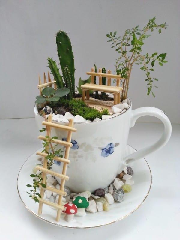 pyssel, diy, hem, inredning, remake, loppisfynd, gamla kaffekoppar, gamla tekoppar, pyssla med koppar, miniatyrer, miniatyrvärld, älvträdgård