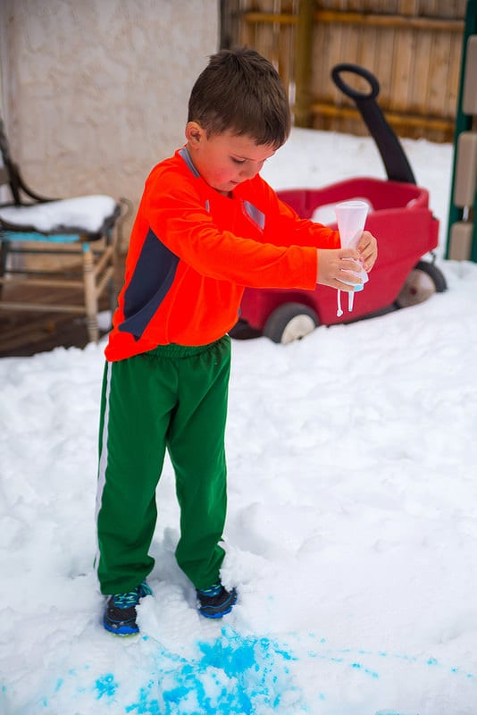 barn, barnlekar, lekar för barn, utomhuslek, leka ute, leka i snön, skapa, pyssel, barnpyssel, kreativa lekar, snölekar, måla snön