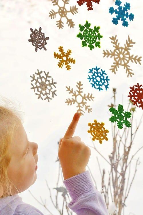 pyssel, pysseltips, pysselidé, barnpyssel, pyssel för barn, snöflinga, snöflingor, målarfärg, färg, spritsa snöflingor, fönsterdekorationer