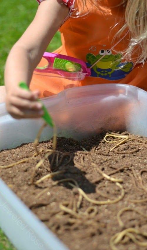 barn, barnlekar, lekar för barn, sensorisk lek, sinneslåda, sinneslådor, sensoriska lekar, stimulera barns sinnen, daggmask, spaghetti, pasta