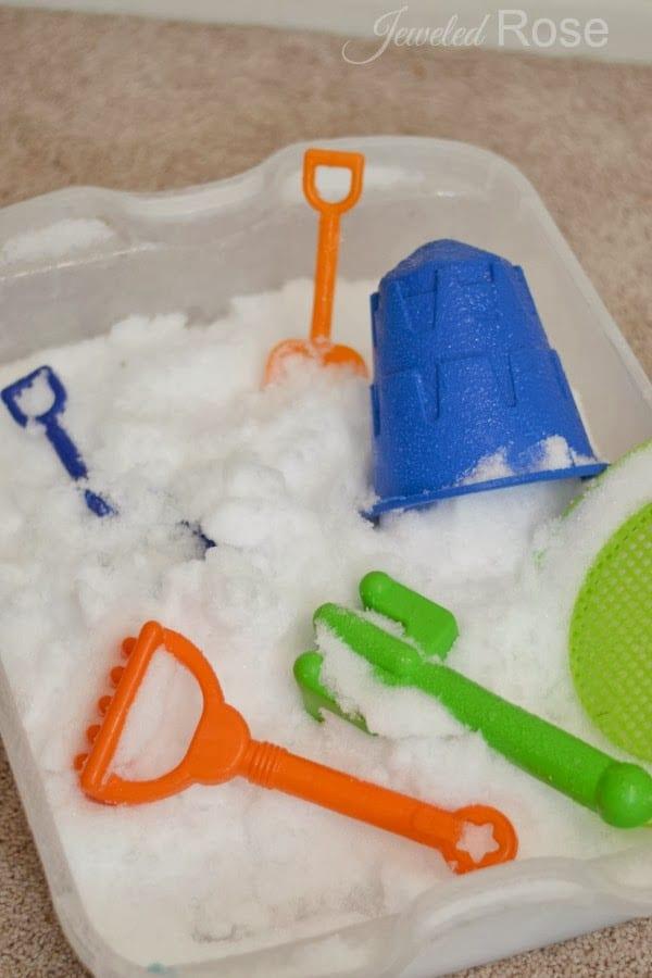 barn, barnlekar, lekar för barn, sensorisk lek, sinneslåda, sinneslådor, sensoriska lekar, stimulera barns sinnen, leka med snö