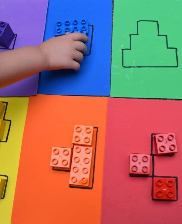 aktiviteter för barn, barnaktiviteter, pyssla och lek, knep och knåp, lektioner, skola, lektionstips, förskola, LEGO Duplo, lära sig pussla, lära sig mönster