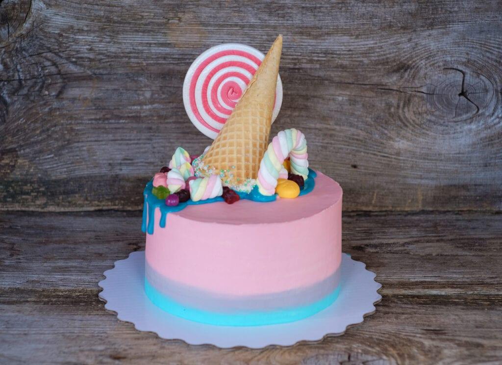 drip cake, tårta med godistopping
