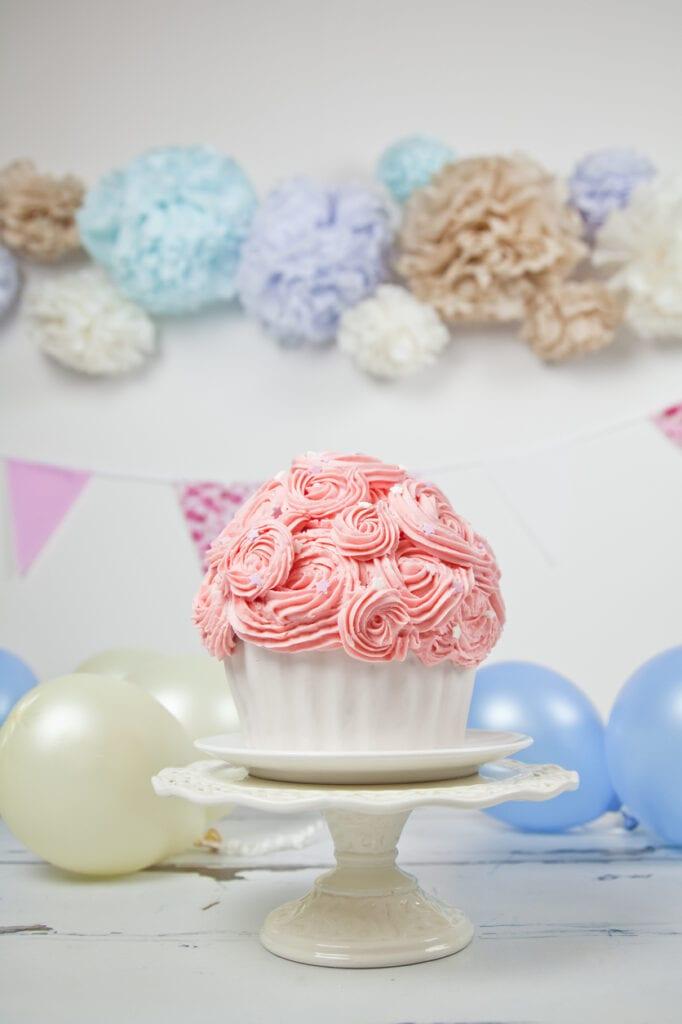 tårta med spritsade blommor, spritsa blommor på tårta, spritsa blommor cupcake, gigantisk cupcake, stor cupcake