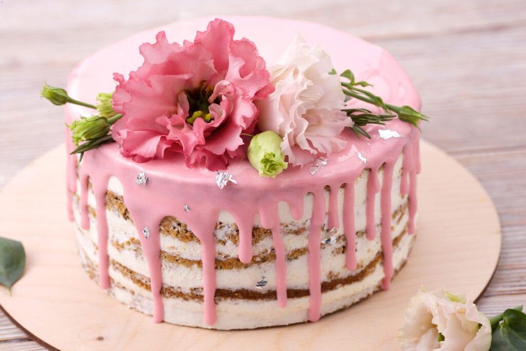 drip cake, morotstårta, morotskaka, drip glasyr, blommor på tårta