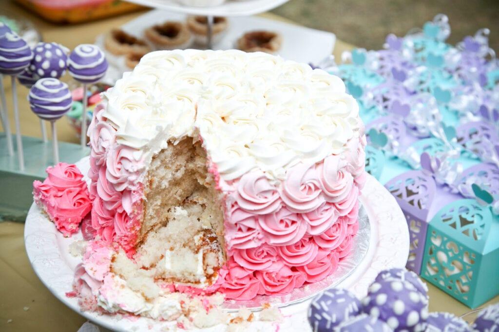 spritsa rosor på tårta, tårta med ombre-effekt