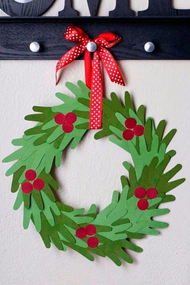 Julpyssel för hela familjen – gör en julkrans av barnens handavtryck!