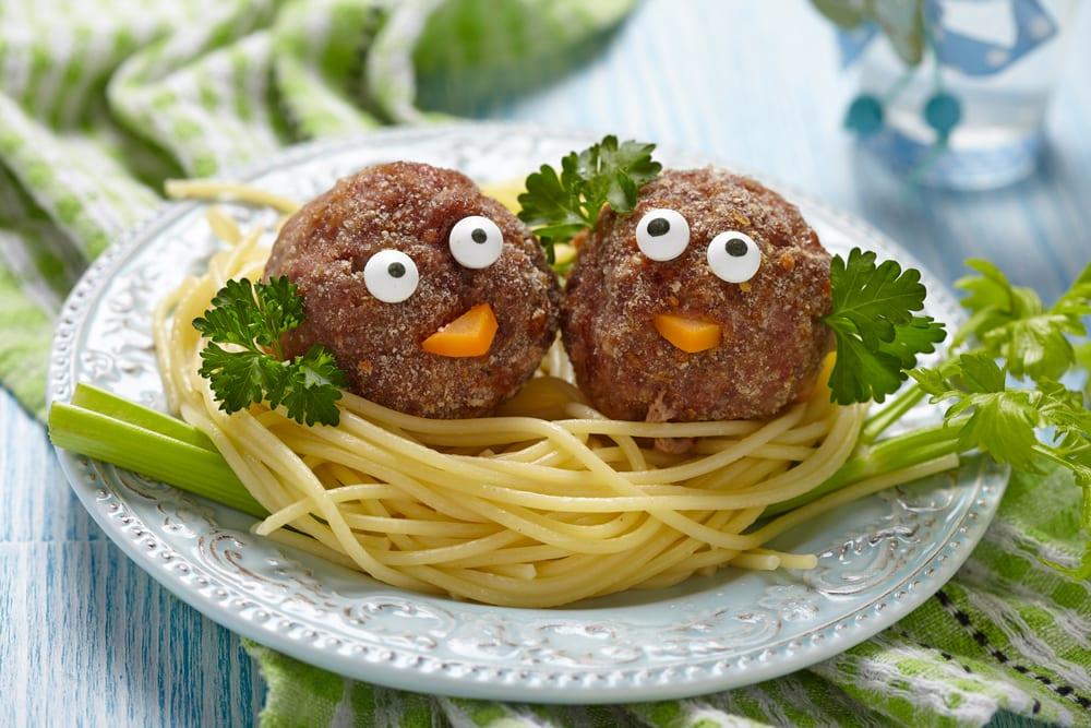 8. Gläd barnen med den här påskiga varianten på spaghetti och quornbullar