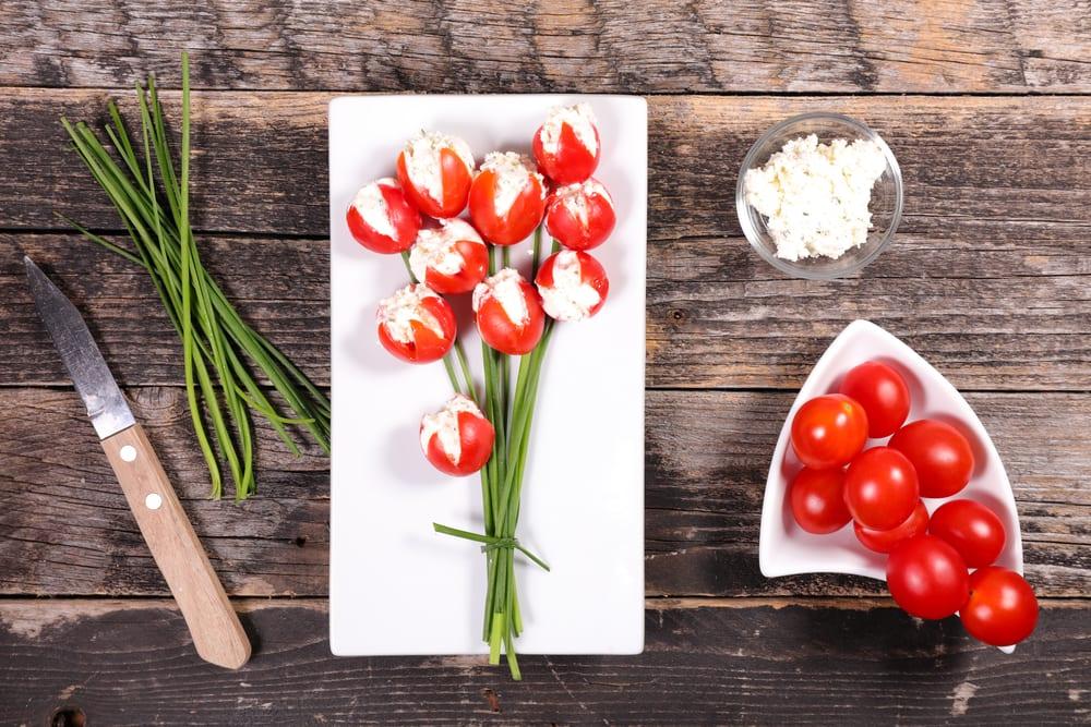 Gör en bukett tulpaner av körsbärstomater och ost
