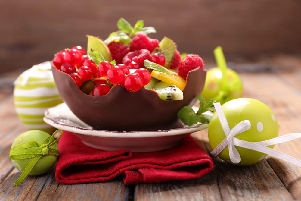 Doppa en ballong i smält choklad och låt stelna för att få en läcker dessertskål till påskbordet