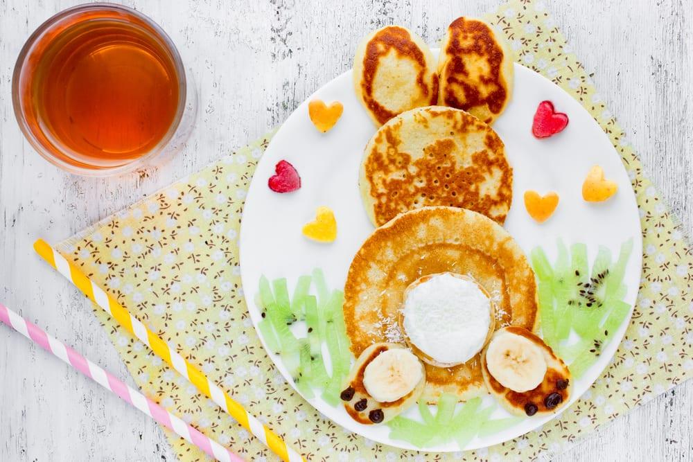 Skapa en påskkanin av pannkakor och frukt