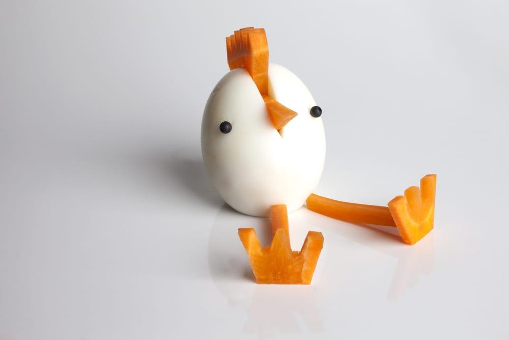 Det går också bra att forma en påskkyckling av ägg och morot på det här sättet