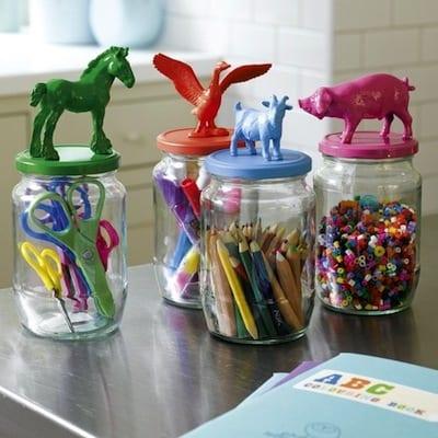 Plastdjur på glasburkar