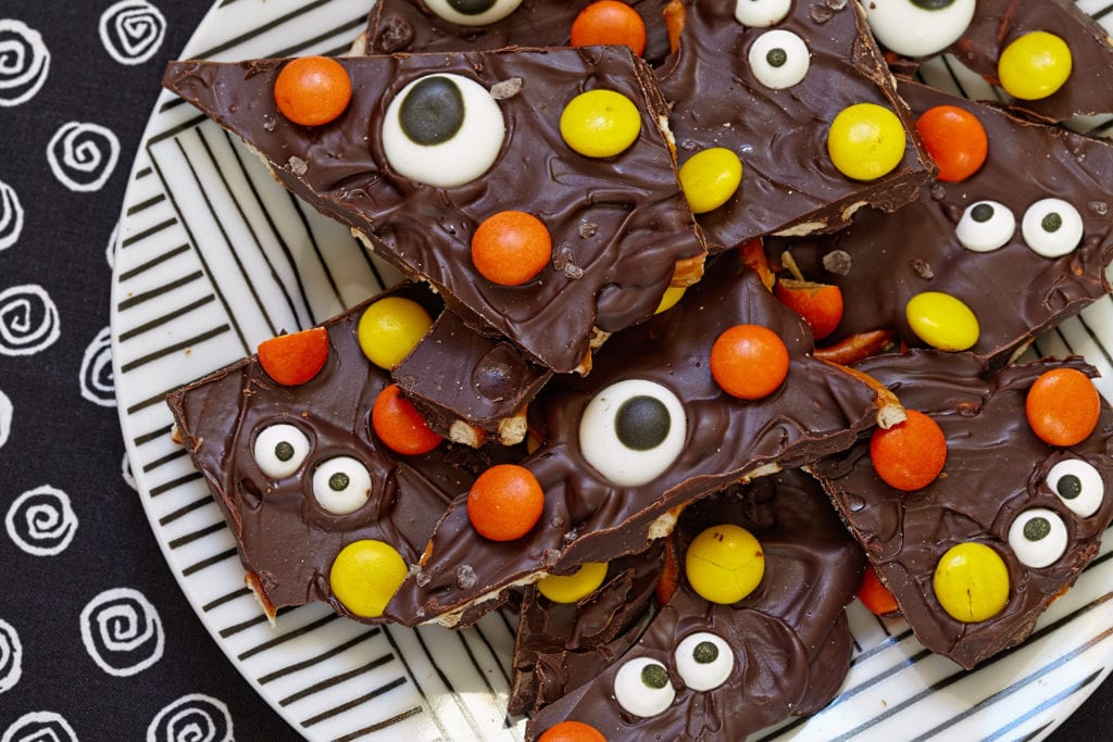 pyssel, pyssla, pysseltips, pysselidé, skapa, barnpyssel, familjepyssel, pyssel för barn, bättre hälsa, bra hälsa, må bra, kreativitet, skapande, skaparglädje, baka, godis, Halloween, halloweenpyssel, halloweengodis, monster, monsterbräck, choklad, bräck, chokladbräck, baktips