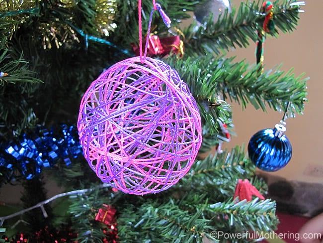 pyssel, pyssla, pysseltips, pysselidé, skapa, barnpyssel, familjepyssel, pyssel för barn, bättre hälsa, bra hälsa, må bra, kreativitet, skapande, skaparglädje, jul, julen, pyssel inför jul, julpyssel, garn, snören, ballong, garnkula, julgran, gran, kula, julgranskula