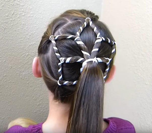mode, skönhet, julpyssel, jul, julen, julfrisyr, frisyr, frisyrer, julfin, fin i håret, fixa håret, inspiration, hårinspiration, pyssel, kreativitet, snygga frisyrer, styla håret, fläta, sidenband, band i håret, snöflinga, hästsvans