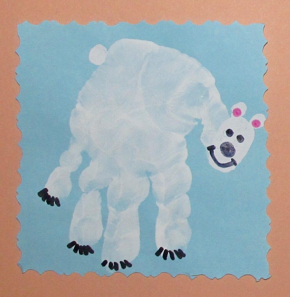 pyssel, pysseltips, pysselidé, inspiration, kreativitet, skapa, skapande, barns skapande, vinter, vinterpyssel, pyssla, pyssel för barn, barnpyssel, pyssel för skola, pyssel för förskola, familjepyssel, isbjörn, fingermåla, måla med fingerfärg, hand, handavtryck, avtryck, tryck