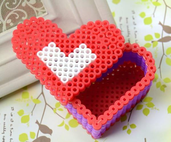 Alla hjärtans dag, pyssel, pyssla, pysseltips, pysselidéer, barn, barnpyssel, pyssel för barn, pärla, pärlor, rörpärla, rörpärlor, pärlplatta, pärlplattor, pärlplattemönster, HAMA, ask, 3D, hjärta, hjärtformad ask, hjärtask