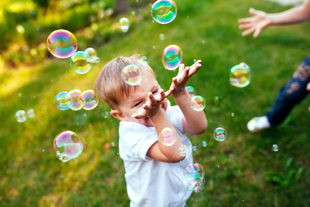 göra såpbubblor, såpbubbla, såpbubblor, recept, jättestora såpbubblor, gigantiska, hållbara, sega, barnkalas, kalas, skola