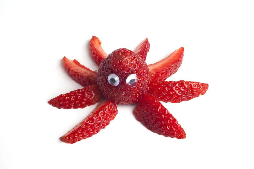 frukt, frukter, mat, fruktstund, göra mat rolig, kreativ mat, pyssel, pyssla, pysseltips, leka med mat, pyssla och lek, familj, barn, barnpyssel, pyssel för barn, familjepyssel, skola, fritids, förskola, jordgubbe, jordgubbar, bläckfisk, åttaarmad bläckfisk, bläckfiskarmar