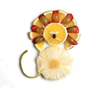 frukt, frukter, mat, fruktstund, göra mat rolig, kreativ mat, pyssel, pyssla, pysseltips, leka med mat, pyssla och lek, familj, barn, barnpyssel, pyssel för barn, familjepyssel, skola, fritids, förskola, jordgubbe, jordgubbar, clementin, mandarin, vindruva, vindruvor, ananas, ananasskiva, blandade frukter, tutti frutti, lejon, lejonman