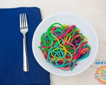 recept, recept för barn, laga mat med barn, baka med barn, baka, baktips, matinspiration, bakinspiration, pyssel, barnpyssel, pyssel för barn, pysseltips, pasta, spaghetti, färga pasta, leka med maten, regnbågens färger, spaghetti i regnbågens färger