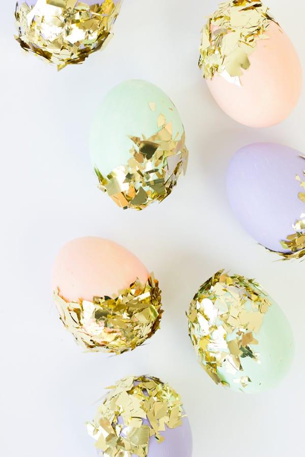 påsk, påskpyssel, pyssel, pysseltips, pysselidéer, måla ägg, konfetti, guld, guldkonfetti