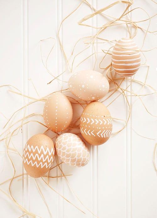 påsk, påskpyssel, pyssel, pysseltips, pysselidéer, måla ägg, naturfärgade påskägg, naturfärgat, enkla mönster