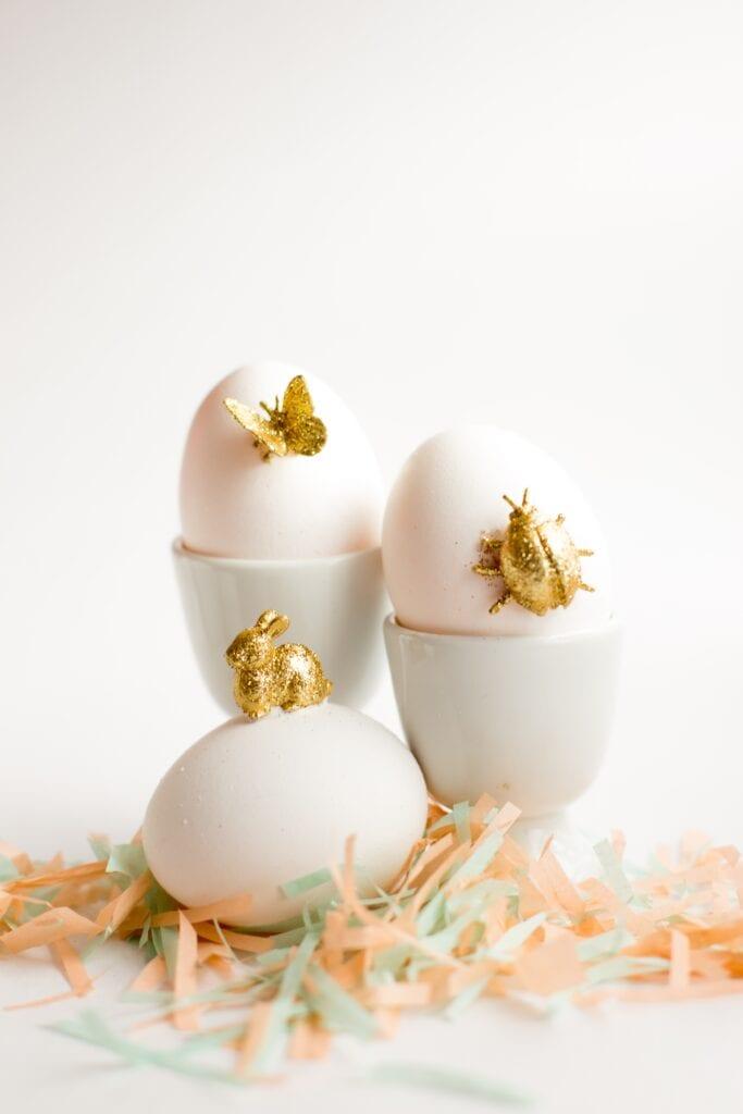 påsk, påskpyssel, pyssel, pysseltips, pysselidéer, måla ägg, guld, guldfärg, plastdjur, miniatyrer