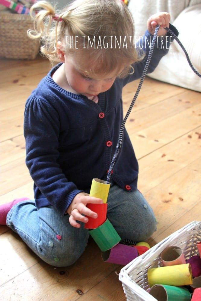 pyssel, barnpyssel, pyssel för barn, aktiviteter, aktiviteter för barn, toalettrulle, toarullepyssel, pyssel med toarullar, pärla, pärlor, göra egna pärlor